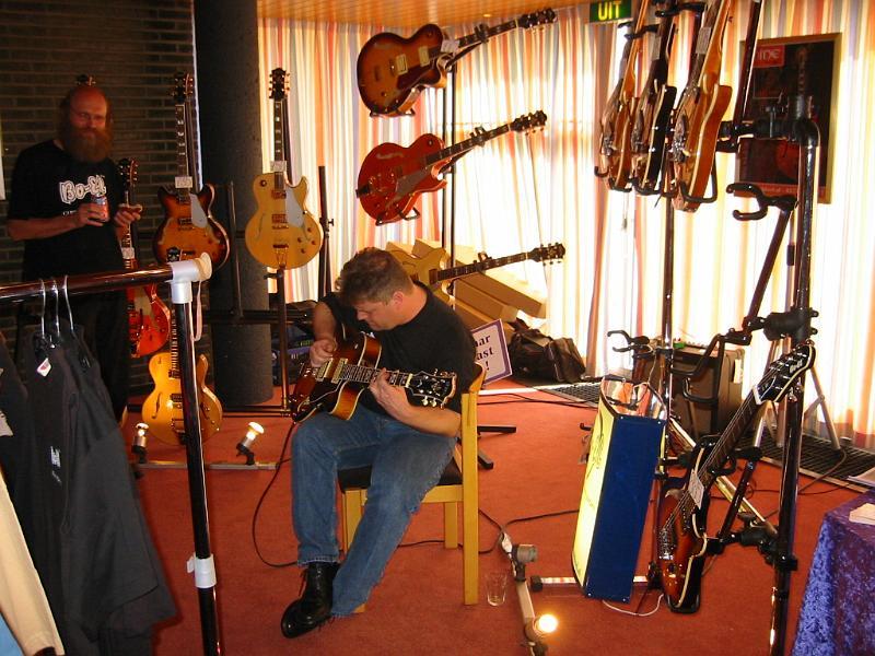Gitaren demonstreren voor Huub Boel op Acoustic Strings